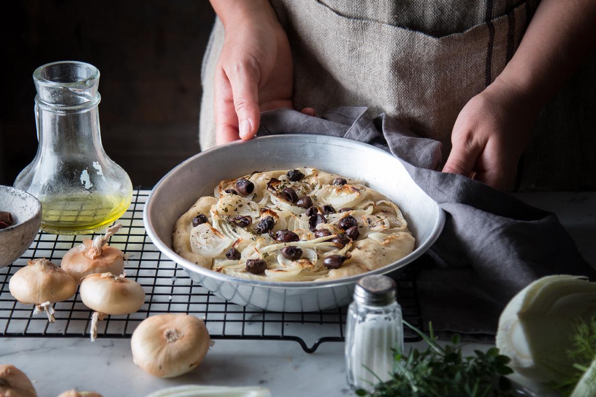 Pizza con cipolline borettane, olive e finocchio